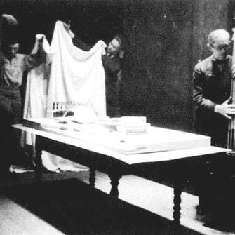 Ле Корбюзье презентует макет Дворца Советов