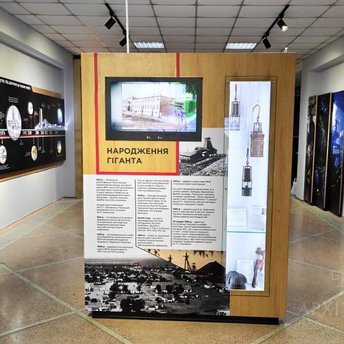 Встроенные витрины с экспонатами в музее