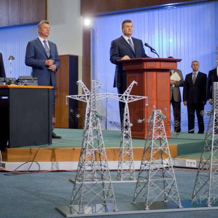 Макет на фоне представителей правительства Украины.